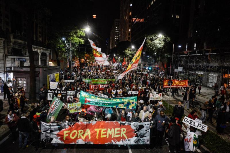 """""""Temer raus"""" - Fronttransparent der Demonstration in Rio de Janeiro"""