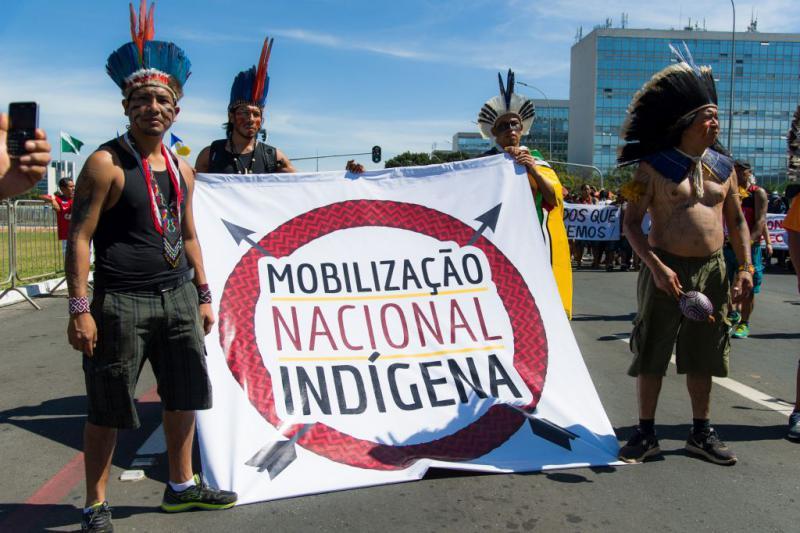 """Vertreter indigener Gemeinschaften protestierten vor dem Parlament. Transparent:""""Nationale indigene Mobilisierung"""""""