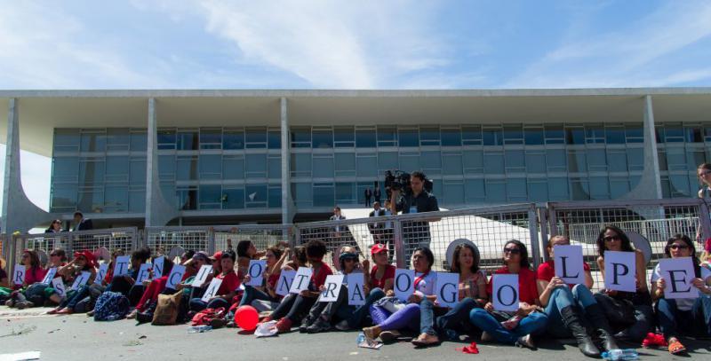 """Anhängerinnen von Dilma Rousseff hatten sich vor dem Nationalkongress angekettet. Auf den Schildern steht: """"Widerstand gegen den Putsch"""""""