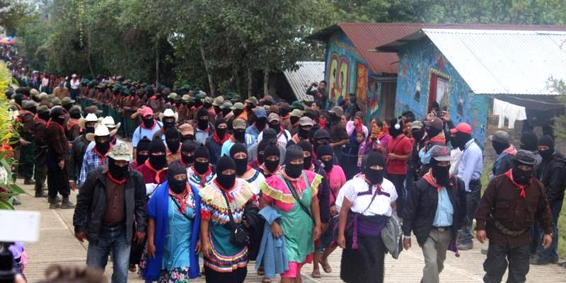 Einzug der EZLN zur Veranstaltung anlässlich des 20. Geburtstages des CNI