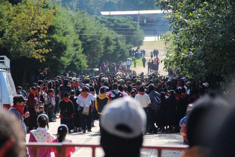 Das Festival in Oventik begann mit einer Parade der zapatistischen Soldaten