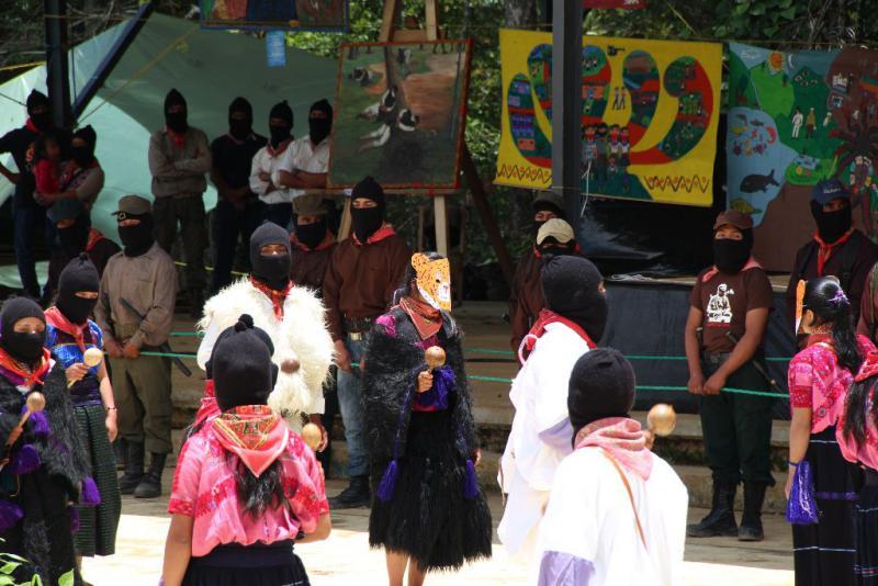 Mehr als 500 Zapatisten präsentierten in Oventik Tänze, Musik und Theaterstücke. Hier führt eine Gruppe von jungen Männern und Frauen einen traditionellen Tanz auf