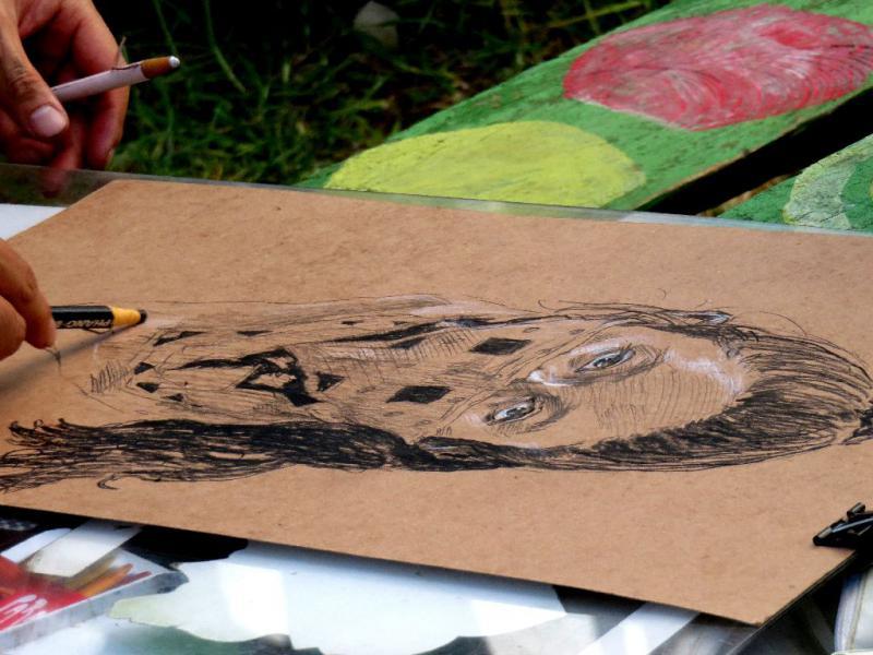 Yu, ein Künstler aus Japan malte bei dem Festival Porträts von Leuten mit einem Halstuch, das das Gesicht halb verdeckt und somit an das auftreten der Zapatisten erinnert
