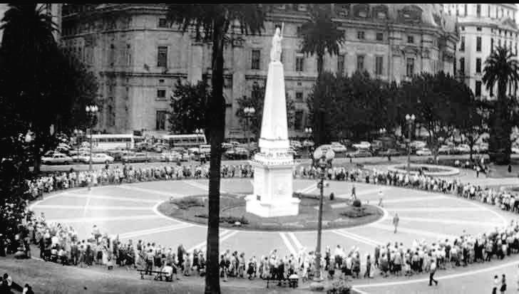 Über die Jahre schlossen sich immer mehr Bürger den Forderungen an. Beharrlich unternahmen die Aktivistinnen ihre wöchentliche Runde um die Mai-Pyramide - Wahrzeichen der Mairevolution 1810, die zur Unabhängigkeit Argentiniens von Spanien führte.