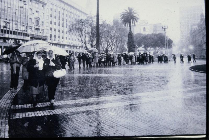 """An jedem Donnerstag Nachmittag, bei jedem Wetter kamen sie. Nur während der Amtszeit Fernández' sowie ihres verstorbenen Mannes, Ex-Präsident Nestor Kirchner (2003-2007), der erstmals eine aktive Regierungspolitik hinsichtlich der Aufklärung der Diktatur-Verbrechen betrieb, setzten sie ihren Protest aus. Damals habe einer """"ihrer Söhne"""" das Amt inne gehabt, sagte Bonafini vergangenen Donnerstag"""