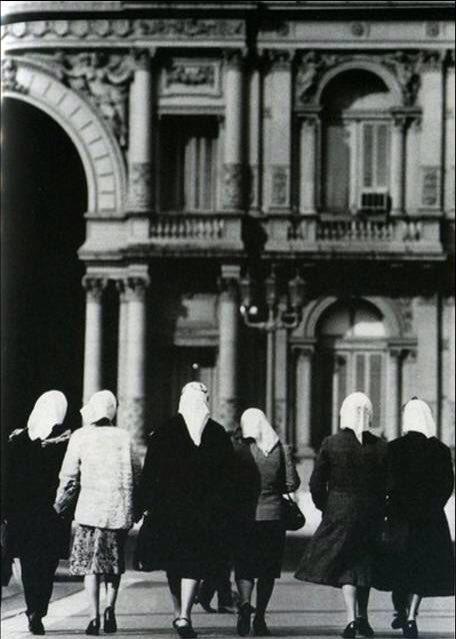 """Seit 1977 fordern die Madres de Plaza de Mayo unter ihrem Motto """"Memoria, Verdad y Justicia"""" (Gedenken, Wahrheit und Gerechtigkeit) von den jeweiligen Regierungen Argentiniens Aufklärung, was mit den Verschwundenen in der Militärdiktatur geschehen ist und dass die Verantwortlichen zur Rechenschaft gezogen werden"""