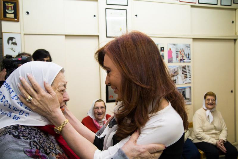 """Auch Ex-Präsidentin Fernández de Kirchner, die während ihrer Amtszeit wegen ihrer proaktiven Politik zur Aufklärung der Diktaturverbrechen stets ein gutes Verhältnis zu den """"Madres"""" hatte, traf sich vorab mit Hebe de Bonafini (links) ..."""