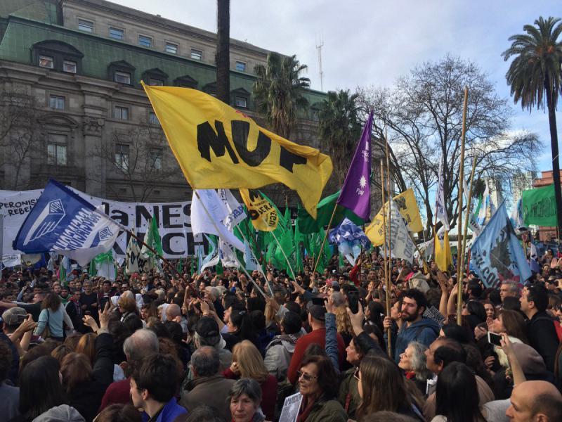 """Die kürzlichen Aussagen von Präsident Macri stießen unter linken, studentischen und sozialen Gruppierungen auf Entrüstung, sodass diese zur Teilnahme am 2000. Marsch der """"Madres"""" mobilisiert hatten"""