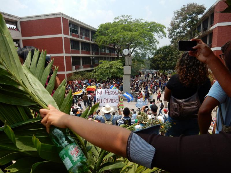 """""""Kein Vergeben, kein Vergessen"""". Eine Demonstration für die Aufklärung des Mordes an Berta Cáceres zieht in den Innenhof der Autonomen Universität von Honduras ein. Auch sechs Wochen nach dem Tod der bekannten Aktivistin stehen staatliche Untersuchungsergebnisse aus"""