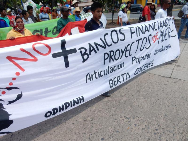 """""""Keine Banken mehr, die Projekte des Todes finanzieren"""". Die holländische Bank FMO und der finnländische FinnFund haben die Finanzierung des Agua Zarca-Staudammprojekts aufgrund des internationalen Drucks mittlerweile suspendiert"""