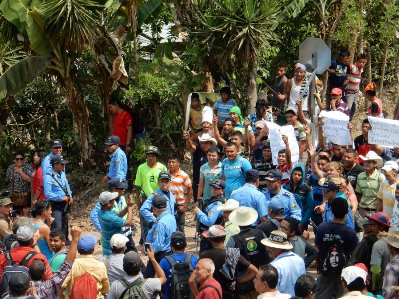 Mit Macheten bewaffnete Schlägertrupps erwarten die zur Baustelle des Staudammprojekts am Gualcarque-Fluss angereisten Aktivisten in der Gemeinde San Ramón
