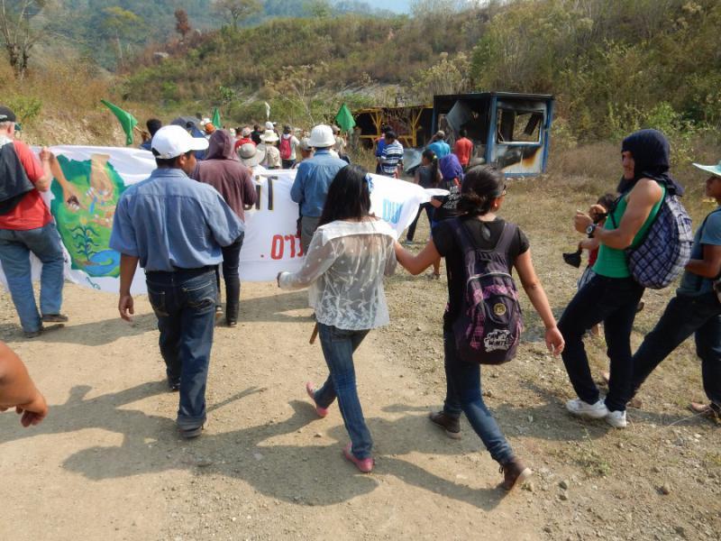Auf dem Weg der angereisten Aktivisten zum Gualcarque-Fluss durch das verlassene Gelände passieren sie von der Betreiberfirma DESA zurückgelassene und später in Brand gesteckte Kontainer
