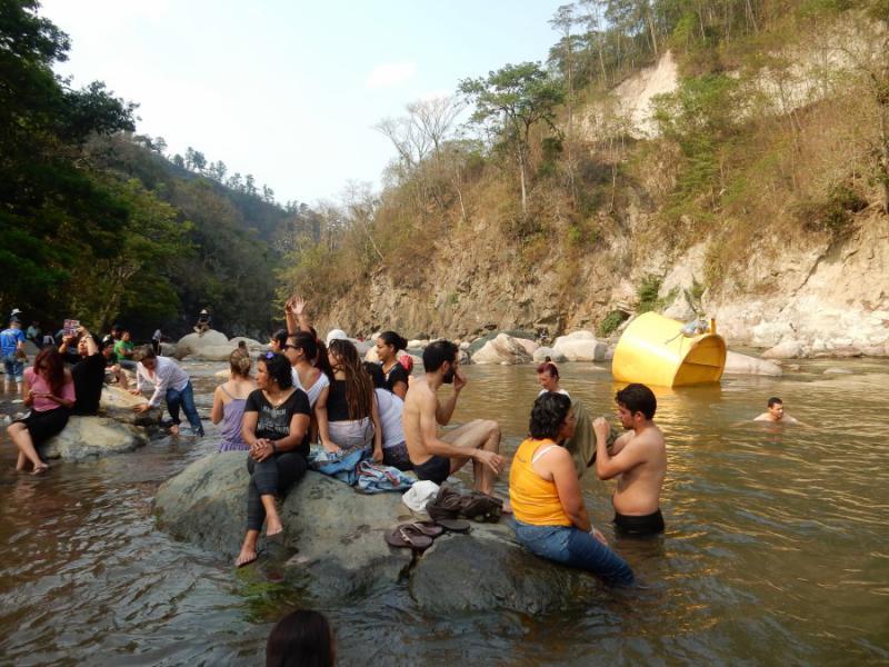 Ein gemeinsames Bad zu Ehren des Kampfes von Berta Cáceres im Gualcarque-Fluss. Erneuerbare Energien wie Wasserkraft haben sich für die de facto-Regierungen nach dem Putsch in Honduras im Jahre 2009 zu einer Finanzquelle entwickelt