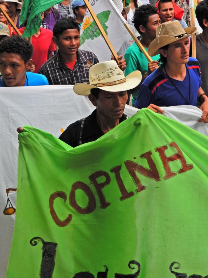 Aktivisten von COPINH demonstrieren gegen den Mord an ihrer Koordinatorin. Nach ihrem Tod ermittelte die Staatsanwaltschaft in erster Linie gegen die Organisation, anstatt die Morddrohungen von Sicherheitspersonal von DESA zu verfolgen