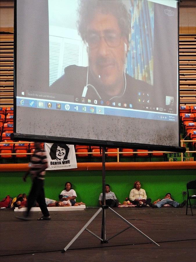 Gustavo Castro, ein mexikanischer Umweltaktivist, wurde bei dem tödlichen Angriff auf Berta Cáceres schwer verletzt und wurde mehrere Wochen lang von den honduranischen Behörden nicht ausreisen gelassen und ebenfalls als Verdächtiger verhört