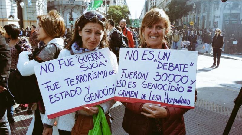 """""""Es war kein 'schmutziger Krieg', es war Staatsterrorismus und Genozid"""" (links); """"Es ist keine 'Debatte', es waren 30.000 und das ist Genozid = Verbrechen gegen die Menschheit"""" - Reaktionen auf die jüngsten Aussagen des Staatschefs bezüglich der Diktatur Videlas (1976-1983)."""