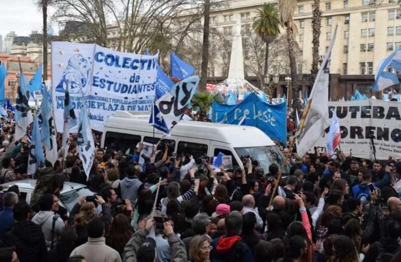 Der weiße Minibus, in dem die mittlerweile über 80-jährigen Aktivistinnen eintrafen, musste sich behutsam den Weg durch die Menschenmenge bahnen, um zur aufgebauten Bühne vorzudringen