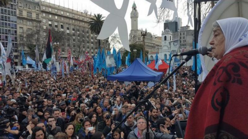 """Die 87-jährige Vorsitzende der Menschenrechtsorganisation, Hebe de Bonafini, reagierte kämpferisch auf die Äußerungen des Präsidenten. Am 26. August sollen """"die Demonstrationszüge des Widerstands"""" gegen den """"Feind"""", die Regierung Macri, wieder aufgenommen werden"""