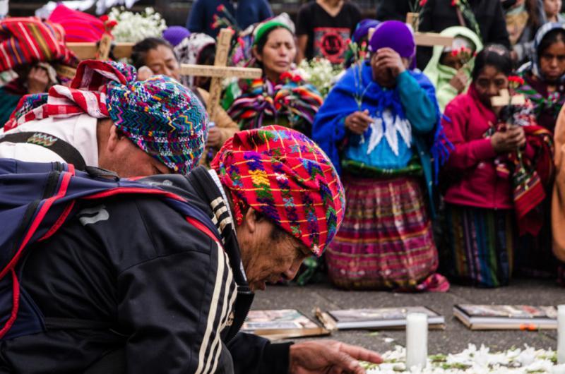 Maya-Q'eqchi aus der Gemeinde Sepur Zarco halten eine Zeremonie vor dem Gebäude ab