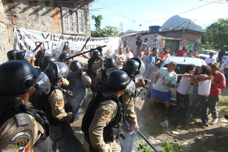 Anwohner leisten Widerstand gegen einen Enteignungsversuch in der Vila Autódromo. Die Polizei reagiert mit Schlagstöcken und Tränengas (03.06.2015)
