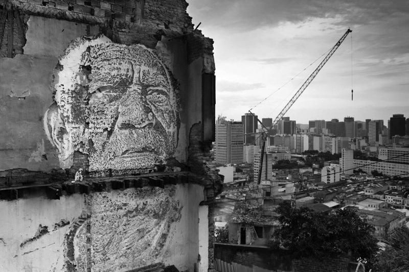 Der portugiesische Künstler Alexandre Farto, a.k.a. Vhils, schuf sechs große Wandgemälde, die die Zwangsumsiedlungen in Rios Hafengebiet, vor allem auf dem Morro da Providência, anprangern. Die Gesichter der vertriebenen Menschen wurden dort festgehalten, wo früher ihre Häuser standen (23.10.2012)
