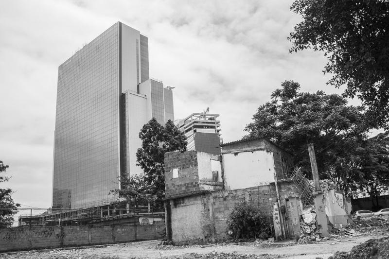 Hotel, das nach dem Abriss von Wohnhäusern in der Vila Autódromo gebaut wurde (11.12.2015)