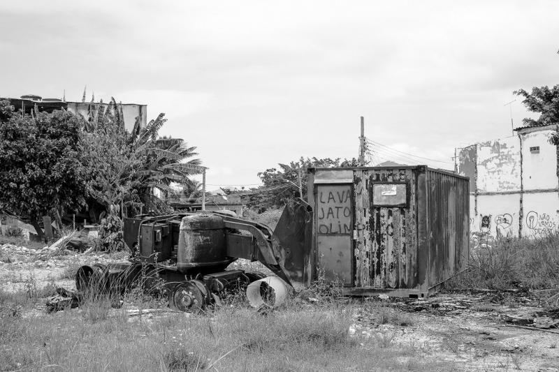 Ein zum Abriss der Wohnhäuser benutztes Baufahrzeug wurde in Brand gesetzt  (11.12.2015)