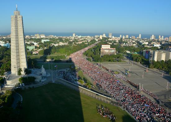 Hunderttausende zogen zum Platz der Revolution in Havanna.