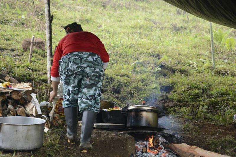 Farc-Mitglied in Kolumbien richtet Kochstelle ein