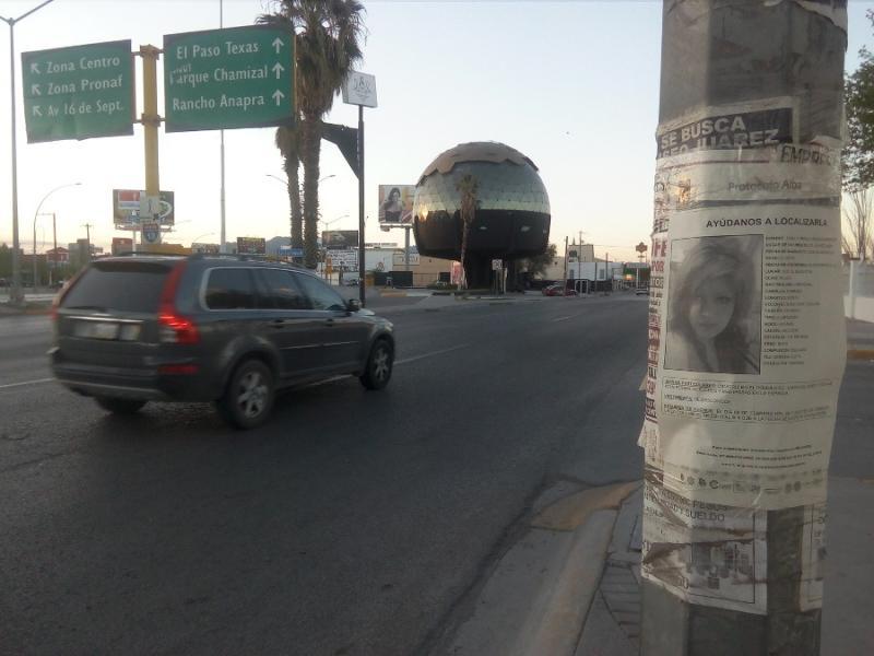 Aktuelles Suchplakat einer Verschwundenen auf der Hauptverkehrsachse durch Ciudad Juárez