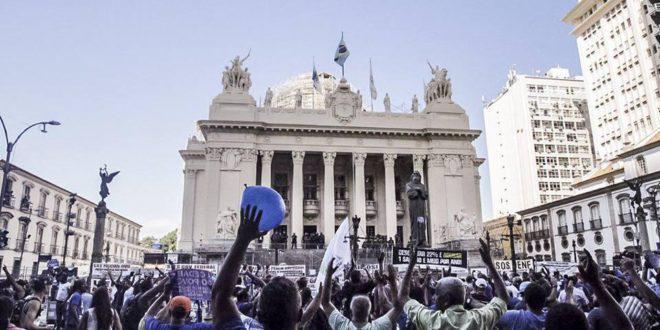 Rund 10.000 Menschen protestierten vor der Gesetzgebenden Versammlung in Rio de Janeiro gegen Privatisierungen im bundesstaatlichen Wasserunternehmen