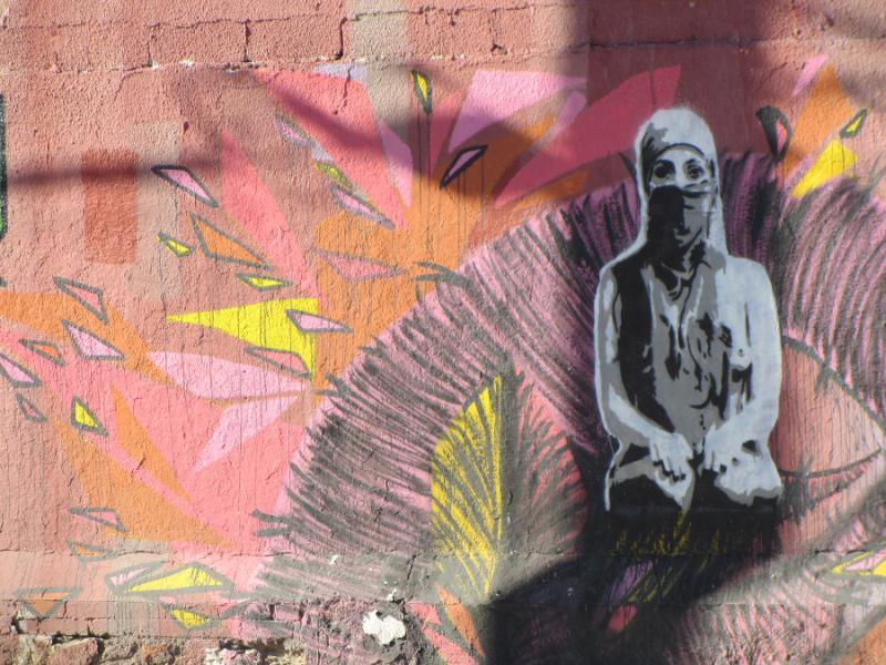 Das Grafitti einer vermummten Frau in Ciudad Juárez