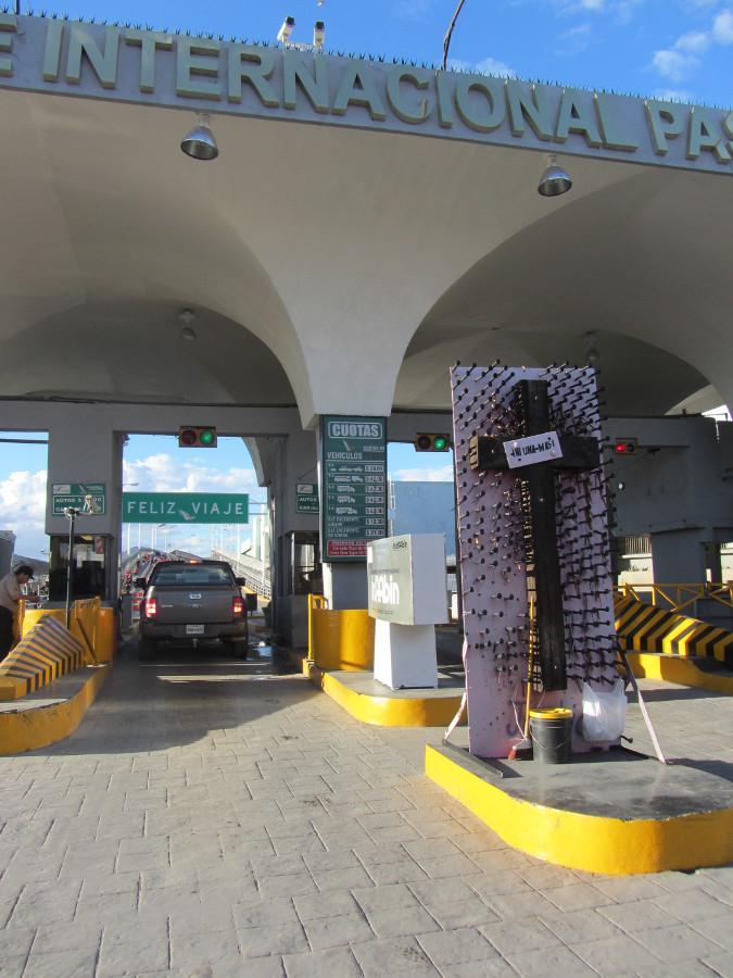 """Ein Kreuz aus rostigen Nägeln mit der Unterschrift """"Ni una más"""" (Nicht eine mehr) erinnert vor der Grenzbrücke zu den USA an die Femizide in Ciudad Juárez"""