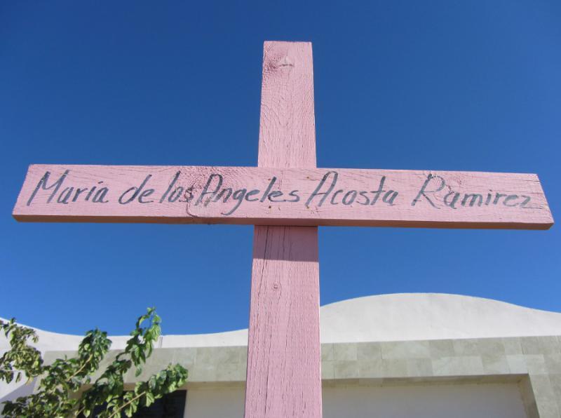 Kreuz mit dem Namen einer Ermordeten am offiziellen Gedenkort, der nach der Verurteilung Mexikos durch den Interamerikanischen Menschenrechtsgerichtshof wegen Vereitelung der Aufklärung der Frauenmorde entstanden ist