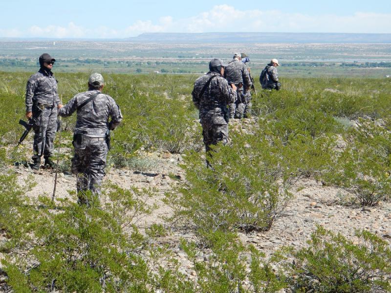 Polizei und Militär begleiten den zivilen Sucheinsatz im vom Juárezkartell beherschten Juáreztal; der lokale Polizeiposten ist seit langem nicht mehr besetzt
