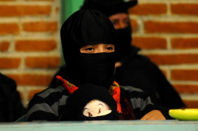 Defensa Zapatista ist nicht nur eine zentrale Figur in den Geschichten des Subcomandante Galeano, sondern auch ein ganz normales elfjähriges zapatistisches Mädchen, das in der indigenen Autonomie Chiapas groß wird