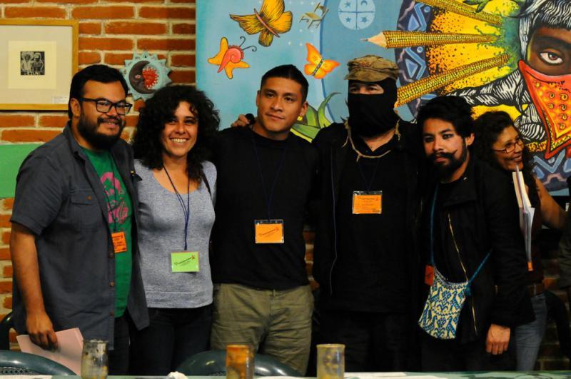 Subcomandante Galeano mit Unterstützern der Kampagne des CIG aus Mexiko-Stadt. Diese hatten monatelang Unterschriften gesammelt und sind dabei mit zehntausenden Menschen ins Gespräch gekommen
