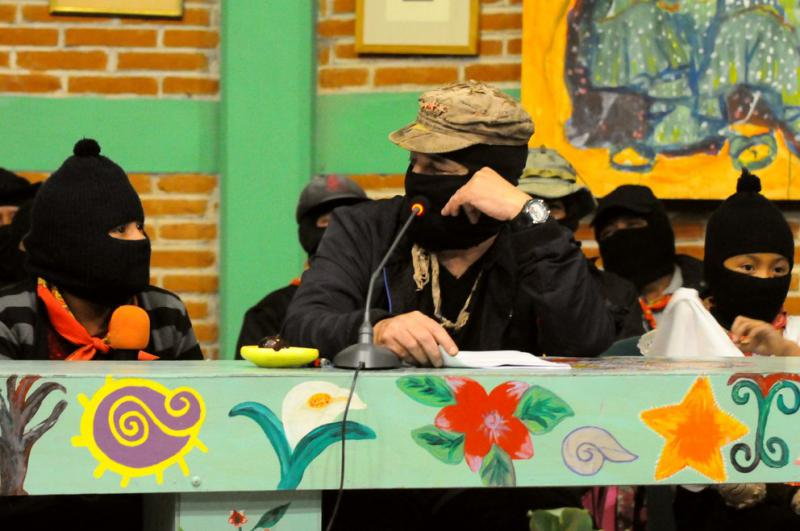 Subcomandante Galeano im Gespräch mit der nächsten Generation zapatistischer Rebellinnen