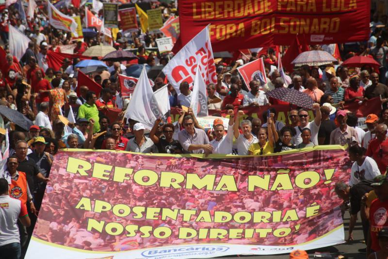 Am Freitag demonstrierten in Brasilien an die 130.000 Menschen gegen die geplante neoliberale Rentenreform der Regierung, wie hier in Salvador, Bahia.