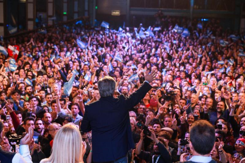 Der linksgerichtete Kandidat Alberto Fernández hat dem amtierenden Präsidenten Mauricio Macri bei den Vorwahlen eine schwere Niederlage zugefügt