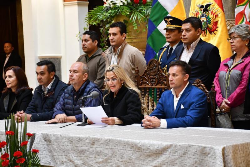 """Boliviens """"Innenminister"""" Murillo, hier links neben der selbsternannten Interimspräsidentin Áñez"""