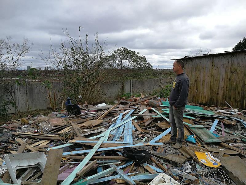 Daniel Alex da Silva Dutra steht auf dem Trümmerhaufen eines Hauses der Vila Nazaré
