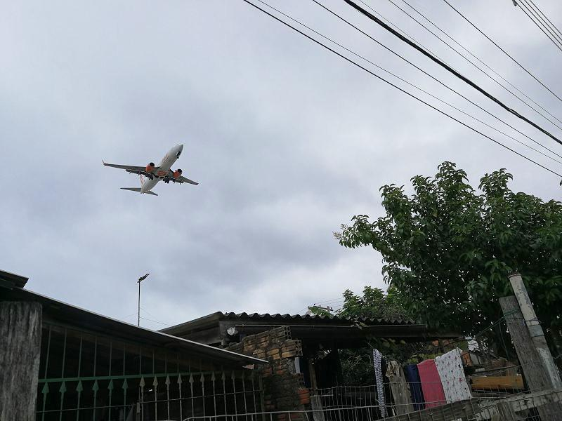 Flugzeug im Tiefflug über die Vila Nazaré, Porto Alegre