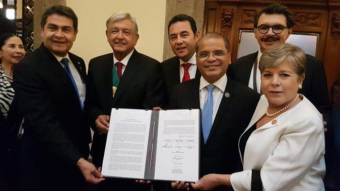 Die Generalsekretärin der Cepal, Alicia Bárcena (rechts) präsentierte im Beisein des mexikanischen Präsidenten López Obrador (3.v.l.) einen Plan, um der massenhaften Migration in Zentralamerika entgegenzuwirken