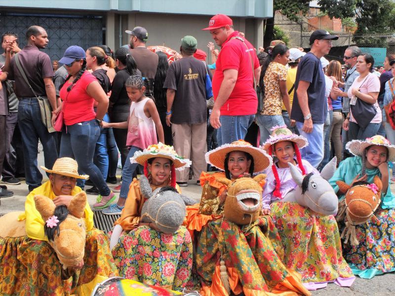 Mit traditionellen Kostümen, Witz und Kreativität wird die Bolivarische Revolution verteidigt