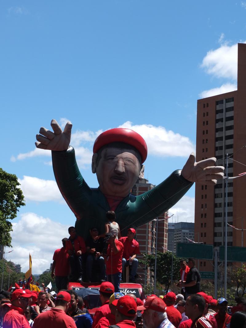 Der frühere Präsident Hugo Chávez ist überall sichtbar. Auf Hauswänden, T-Shirts und auch hier