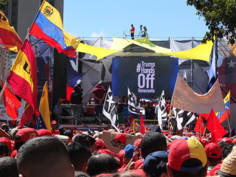 Während an der Grenze zu Kolumbien das Live Aid-Konzert stattfindet, hören in Caracas viele Menschen stundenlang Maduro zu und lachen über seine sehr unterhaltsame Rede