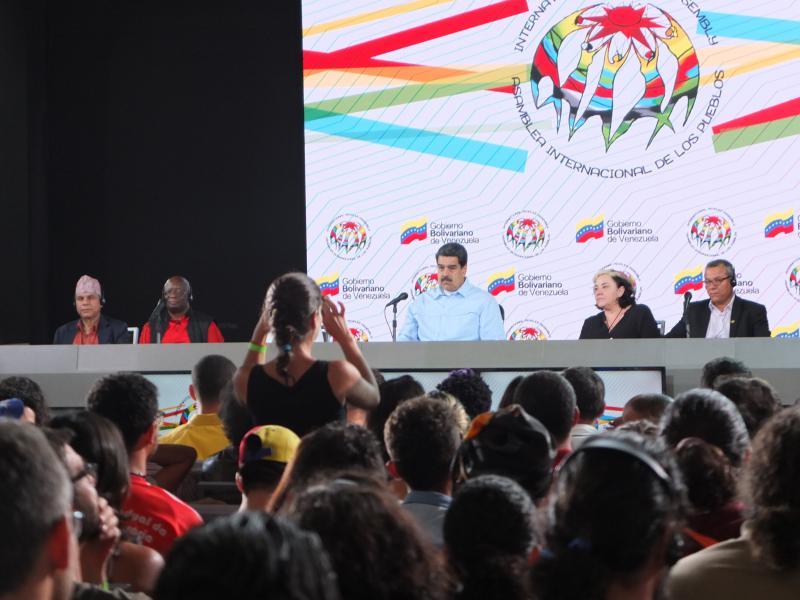 Auf einer Veranstaltung im Rahmen der Asamblea Internacional de los Pueblos spricht Präsident Maduro über die Opposition und Selbstkritik