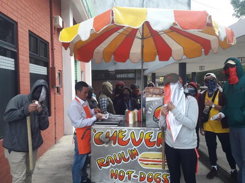 """Kostenlose Hot Dogs für die Besetzer. """"Wir danken allen, die uns mit verschiedenen Beiträgen unterstützen"""""""