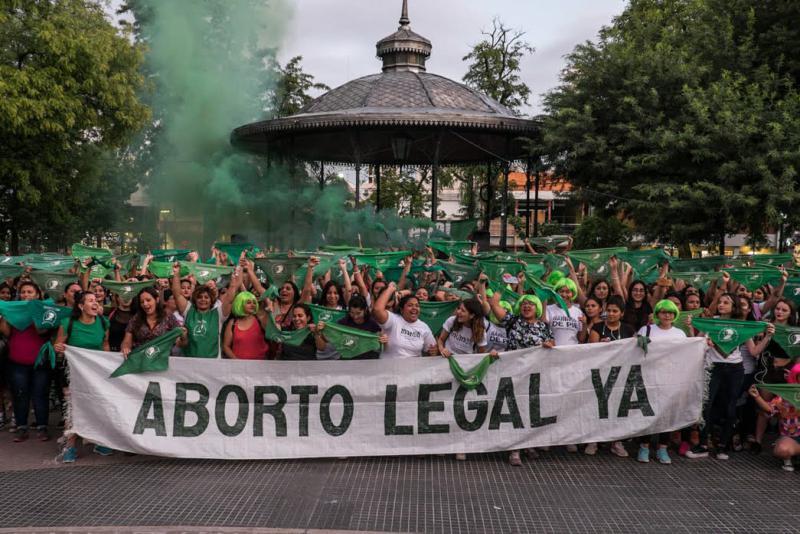 Wie hier in Santiago del Estero machen Frauen deutlich, dass das Parlament in Argentinien endlich Abtreibungen legalisieren soll